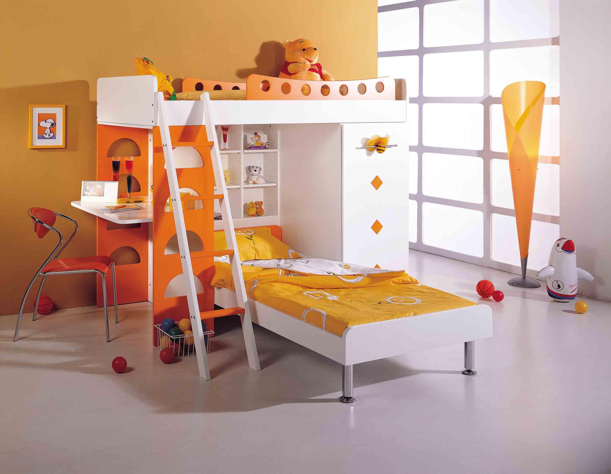 Оранжево-белая двухъярусная кровать