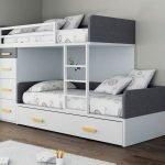 Двухъярусная кровать с подушками