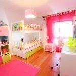 Яркие цвета в интерьере детской для девочки