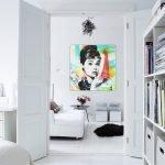 Яркая картина в белом интерьере