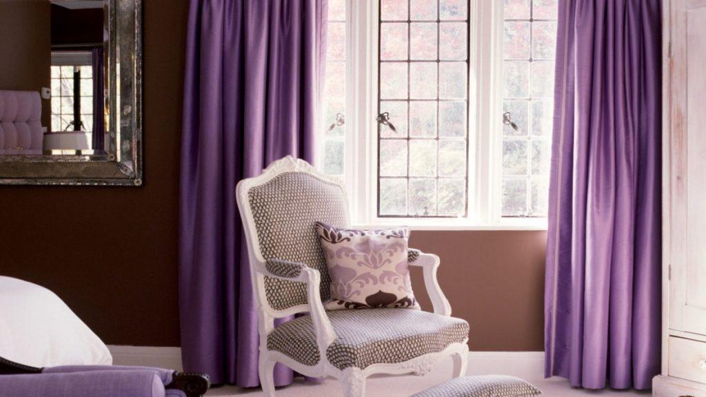 Фиолетовые шторы на окне