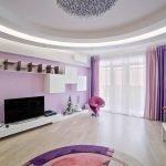 Просторная гостиная в фиолетовых тонах