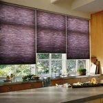 Фиолетовые римские шторы на кухне