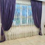 Белые гардины и фиолетовые шторы на окне