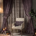 Белое кресло с фиолетовой подушкой