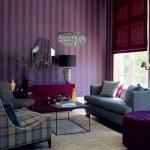 Полосатые обои фиолетового цвета на стене гостиной