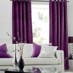 Фиолетовые и белые подушки на белом диване