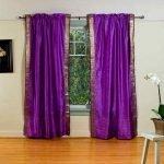 Комната с фиолетовыми шторами на окне