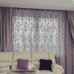 Комната с белым диваном и фиолетовыми шторами