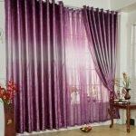 Оформление окна фиолетовыми шторами и гардинами