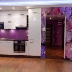 Сочетание белой мебели и фиолетового фартука