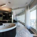 Ванная напротив большого окна