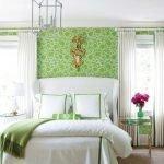 Стильная спальня в зеленых и белых тонах