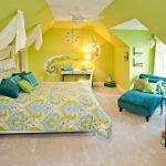 Сочетание зеленого с желтым и бирюзовым в интерьере спальни