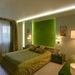 Зеленые оттенки в дизайне небольшой спальни