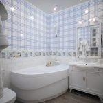 Голубая клетка в декоре ванной