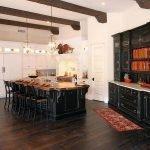 Светлая кухня с черной мебелью