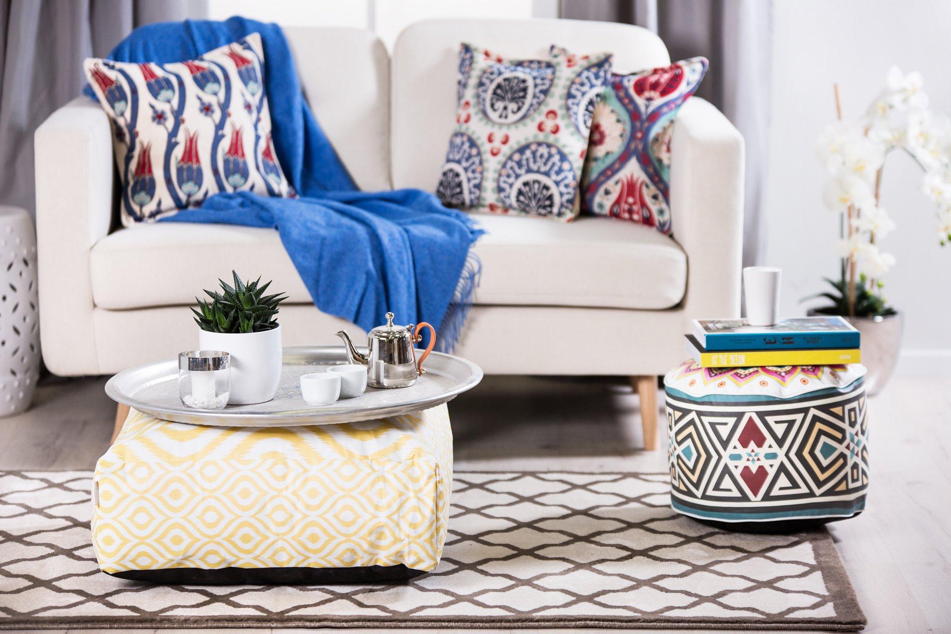 Синее покрывало и подушки в восточном стиле на диване