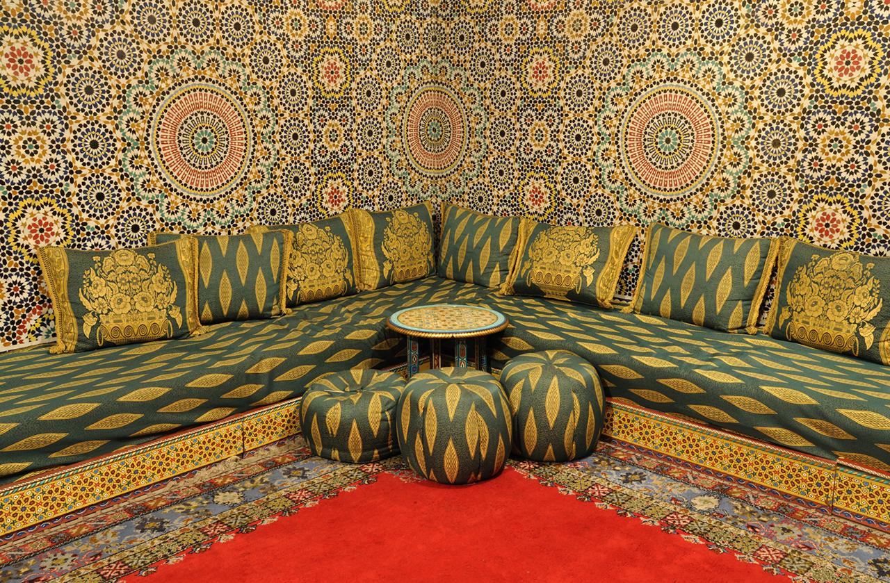Угловой диван с пуфиками в восточном стиле