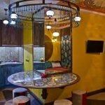 Стол, декорированный мозаикой