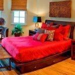 Кровать с красным постельным бельем