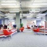 Офис с красно-белой мебелью