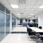Светлый офис со стеклянными вставками