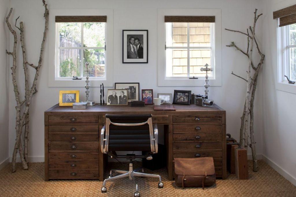 Письменный стол у окна
