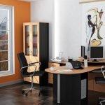 Офисное помещение с большим окном