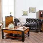 Кожаный диван в гостиной
