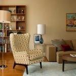 Напольная лампа у кресла
