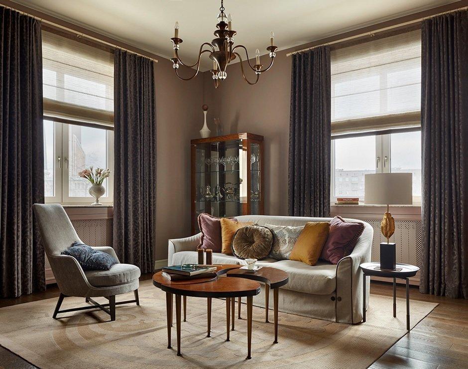 Кофейные стены и светлый потолок в интерьере в ретро