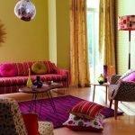 Комната с ярким диваном