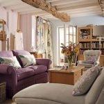 Фиолетовый диван напротив журнального столика