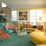 Желтый диван с подушками