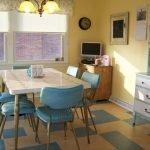 Бирюзовые стулья на кухне