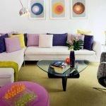 Диван с разноцветными подушками