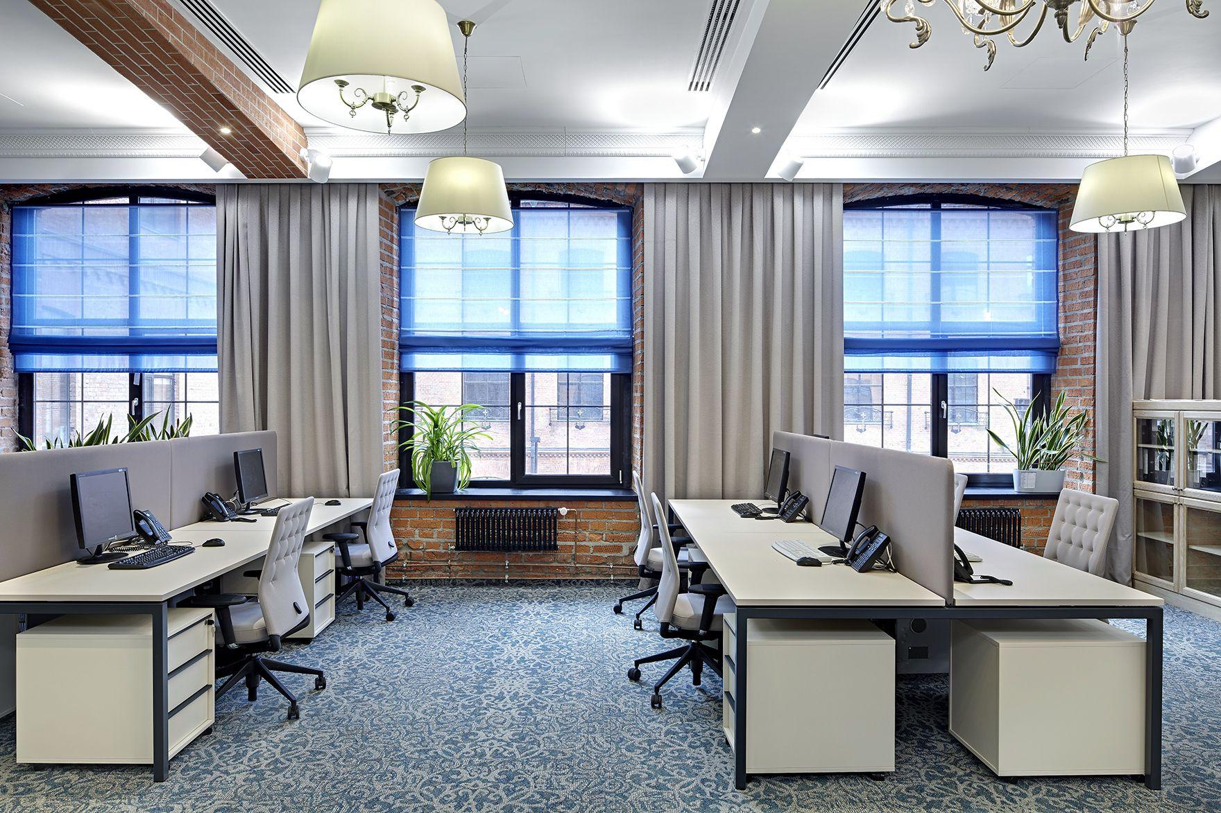 Офис с большими окнами