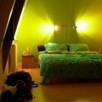 Сочетание зеленого с желтым в интерьере спальни