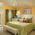 Светлая спальня зеленого цвета
