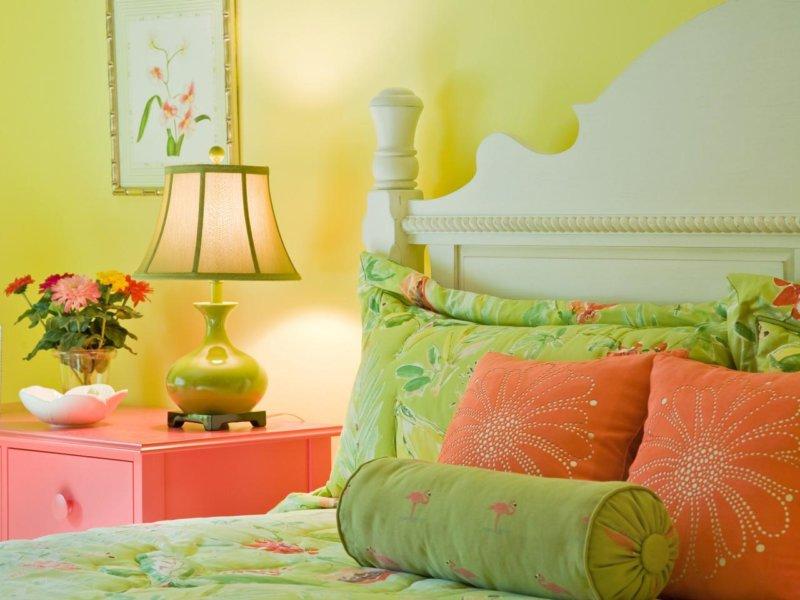 Сочетание зеленого с другими цветами в интерьере спальни