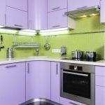 Дизайн маленькой зелено-фиолетовой кухни