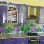 Необычный дизайн зелено-фиолетовой кухни