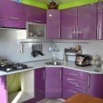 Угловая зелено-фиолетовая кухня