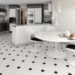 Кухня с белыми полами из плитки
