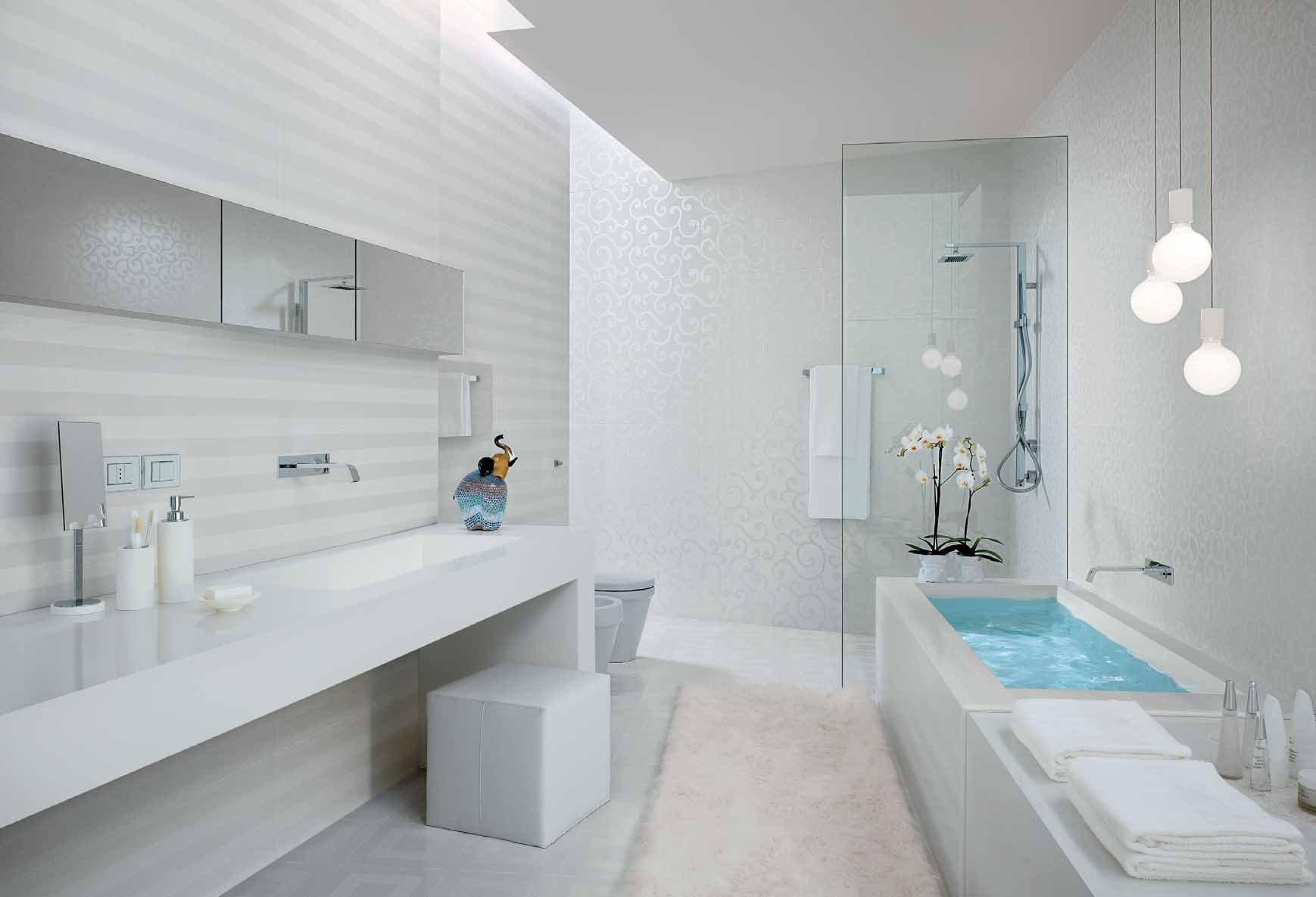 Ванная с белыми полами