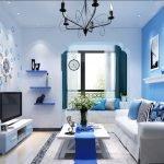Белый пол в сочетании с синими оттенками отделочных материалов и предметов интерьера