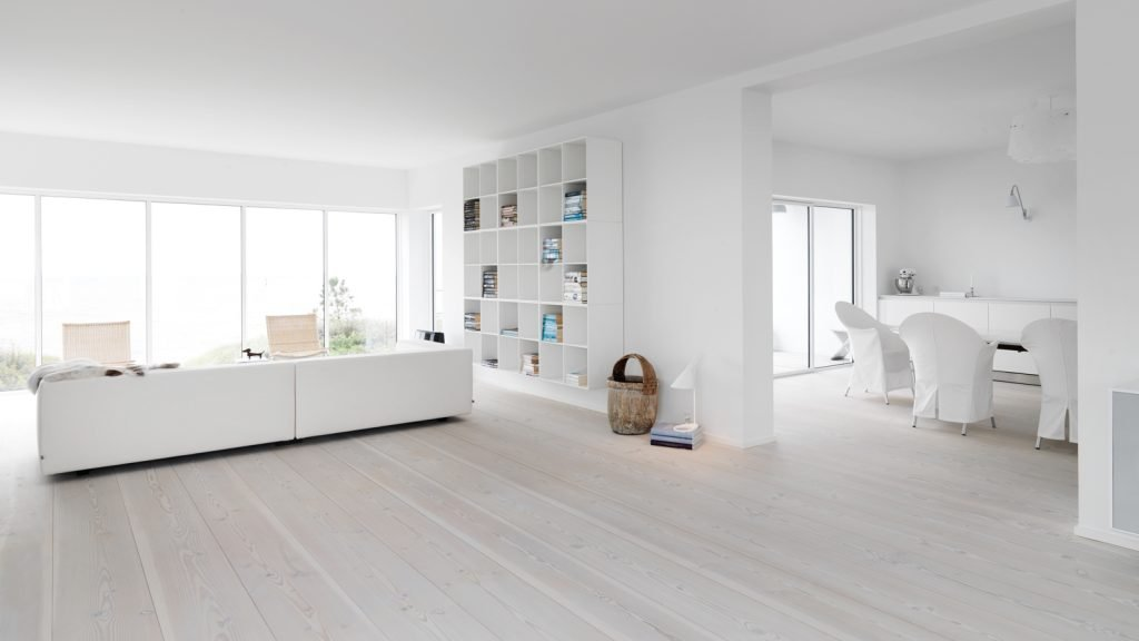 Белый пол в дизайне комнат