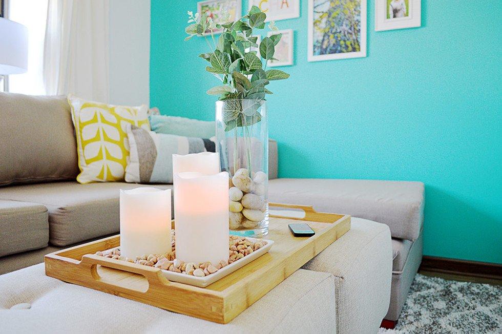 В гостиной стена цвета морской волны