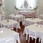 Белые скатерти на столах